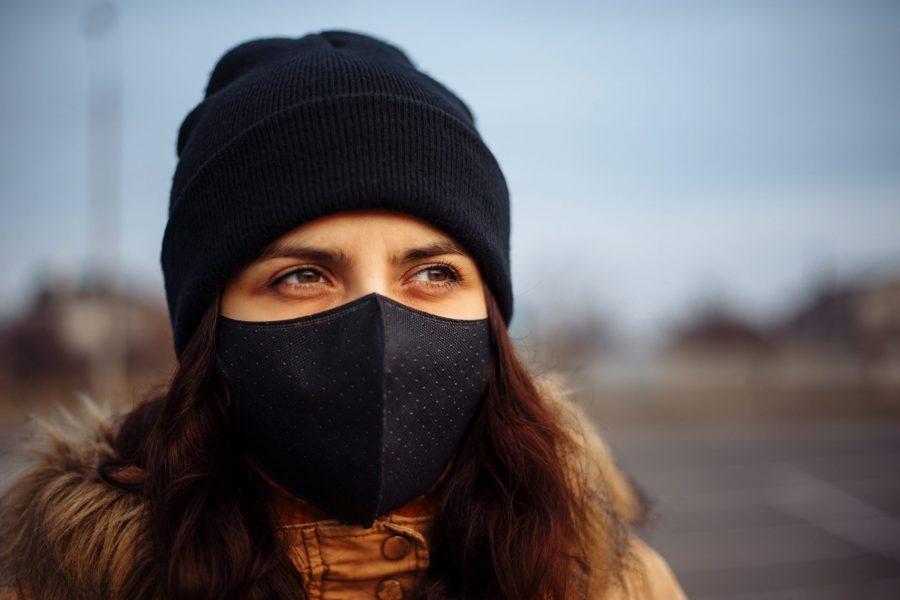 femme qui porte un masque anti-pollution
