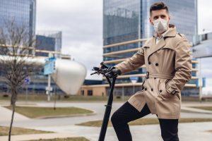 homme qui porte un masque lequel le protège de la pollution de l'air