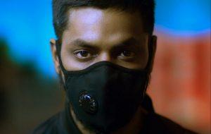 homme qui porte un type de masques de protection