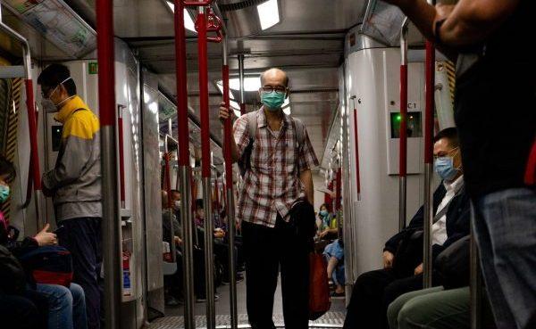 personnes qui portent un masque anti-pollution dans le métro